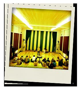 Erälinnan sali toimii harjoittelu paikkana. Kuvasssa Sirkus Kumiankan workshop solmuista vuodelta 2006. Nähtävissä paljon FDC t-paitoja. Kuva: Janne Laine